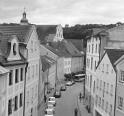 Das Bild der Luitpoldstraße in Eichstätt wirkt zeitlos wie ein altes Schwarz-Weiß-Foto - wenn nur die modernen Autos nicht wären.