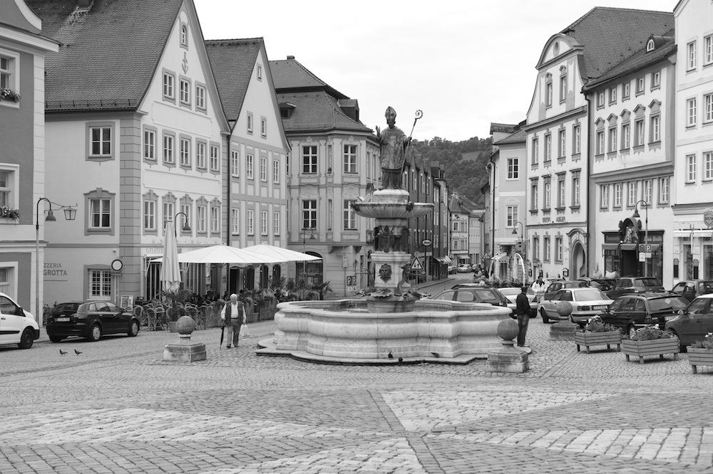 Die Leica eignet sich besonders gut für Architektur-Aufnahmen. Hier bringt sie die Linien des barocken Eichstätter Marktplatzes gekonnt zur Geltung.
