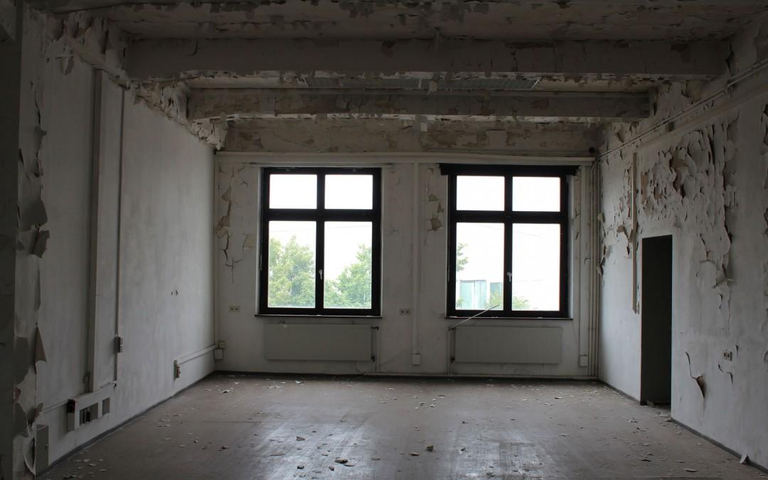 Gebäude auf den Harvey Barracks: Die Räume sind leer, von den Wänden schälen sich die Tapeten. (Foto: Thomas Feiler)