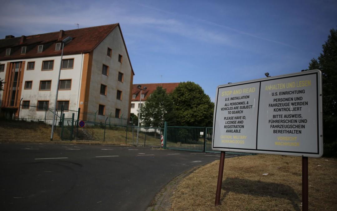 Vor neun Jahren haben die Amerikaner die Marshall Heights verlassen. Die Abzäunungen und Hinweisschilder sind trotzdem noch da. (Foto: Christoph Eiben)