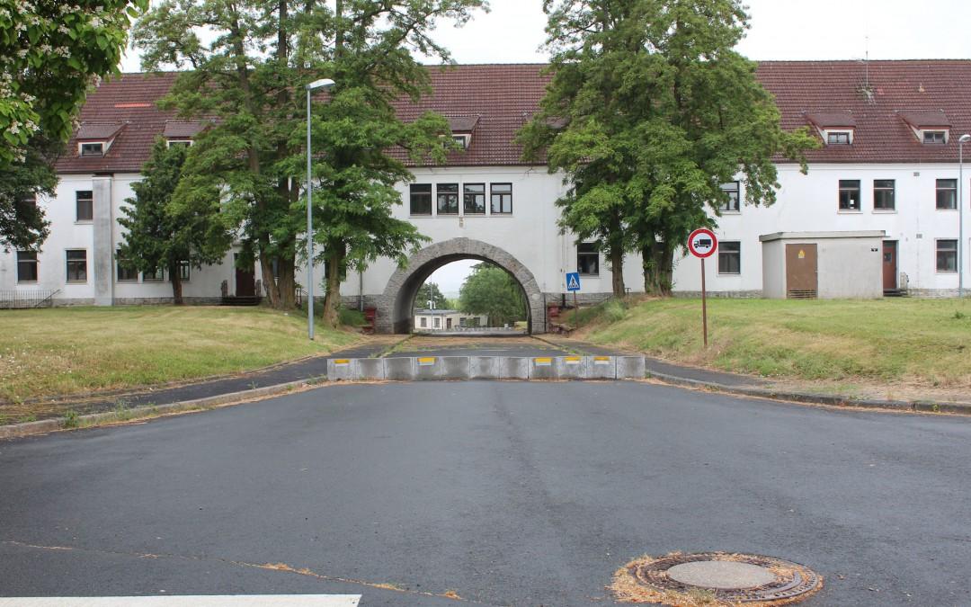 Der Rest der früheren Larson Barracks wurde von der Innopark Kitzingen GmbH gekauft. Neben den leerstehenden und entkernten Überresten der Kasernen sind nun die Büros von verschiedenen Firmen im Bereich Erneuerbare Energien untergebracht. (Foto: Thomas Feiler)