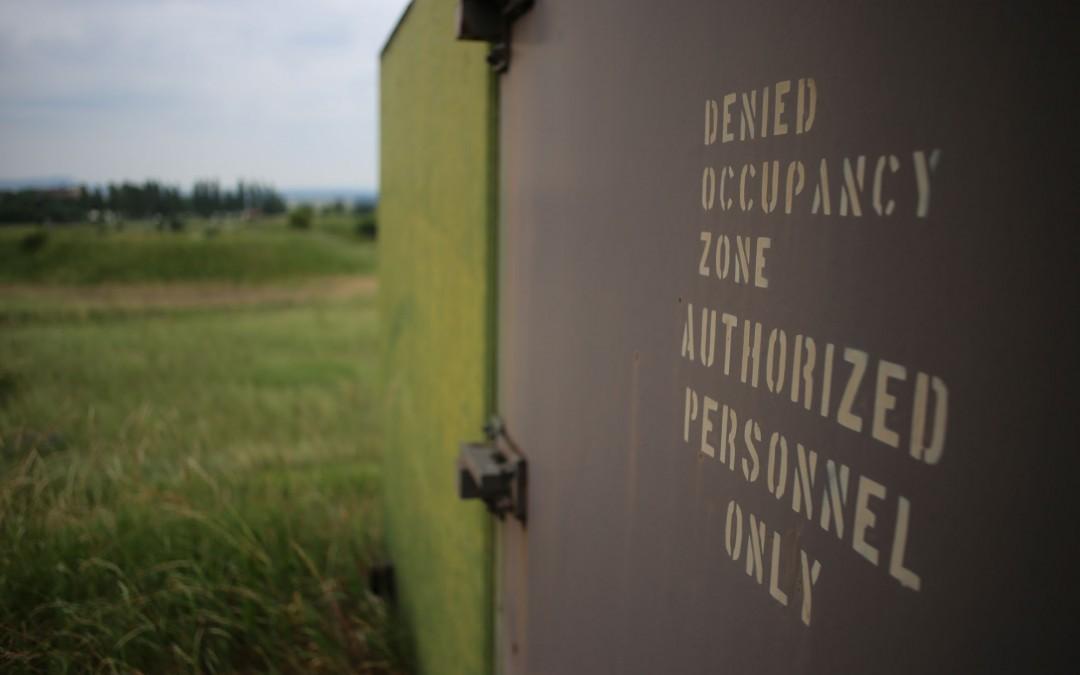 Am Rande des Golfplatzes auf den ehemaligen Larson Barracks ragen seltsame, ovale Hügel auf. Schwere Metalltüren versperren den Weg in das Innere der Hügel. (Foto: Christoph Eiben)