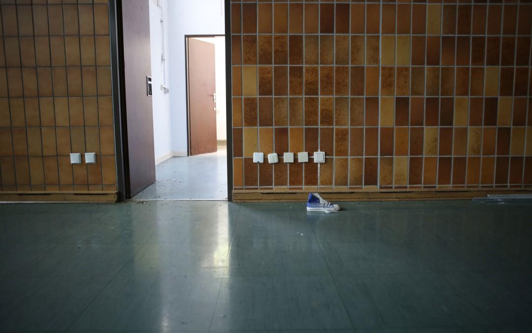 Spuren des letzten Sportunterrichts: ein einzelner Basketballschuh in der Turnhalle der Schule. (Foto: Christoph Eiben)