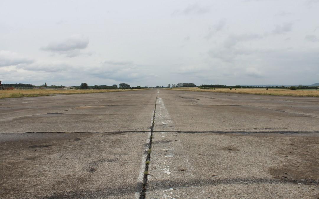 Die Landebahn auf dem Flugplatz misst über einen Kilometer. Früher war sie noch länger, doch heute stehen auf dem hinteren Teil der Landebahn Solaranlagen. (Foto: Thomas Feiler)