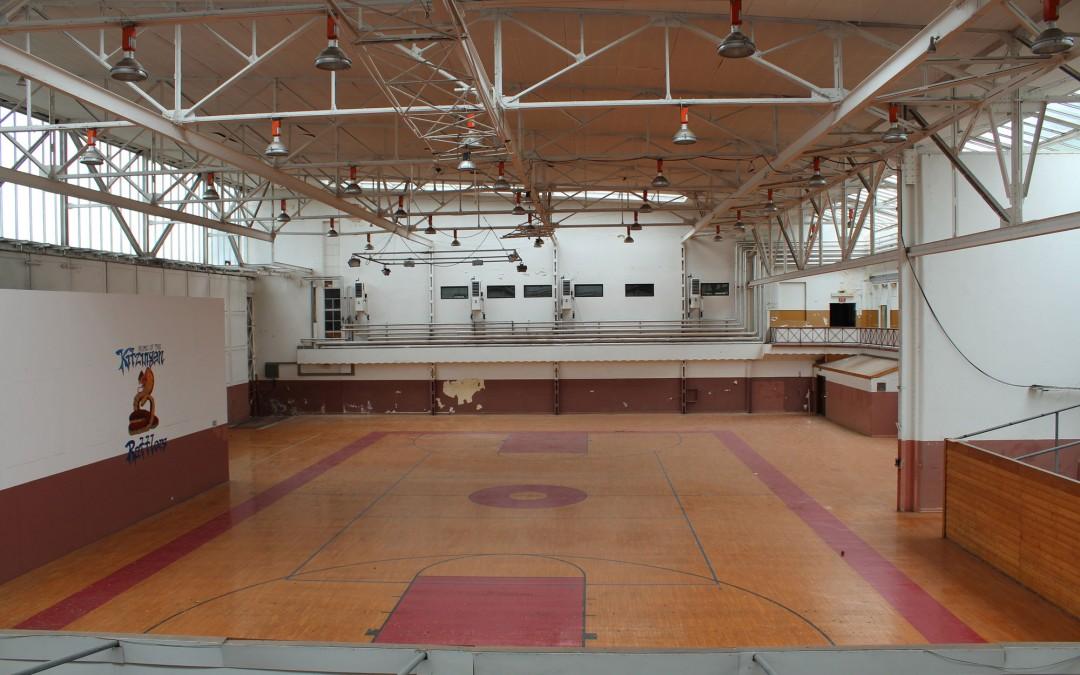 Im Flugplatzgebäude: eine riesige, verlassene Turnhalle. (Foto: Thomas Feiler)