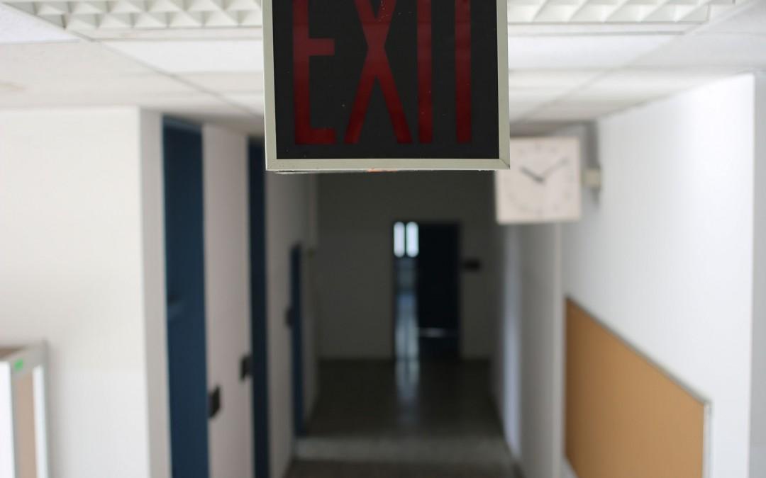 Anscheinend wurde der Strom um 10.10 Uhr von den Amerikanern abgestellt. Fast alle Uhren im Schulgebäude sind zu diesem Zeitpunkt stehen geblieben. (Foto: Christoph Eiben)