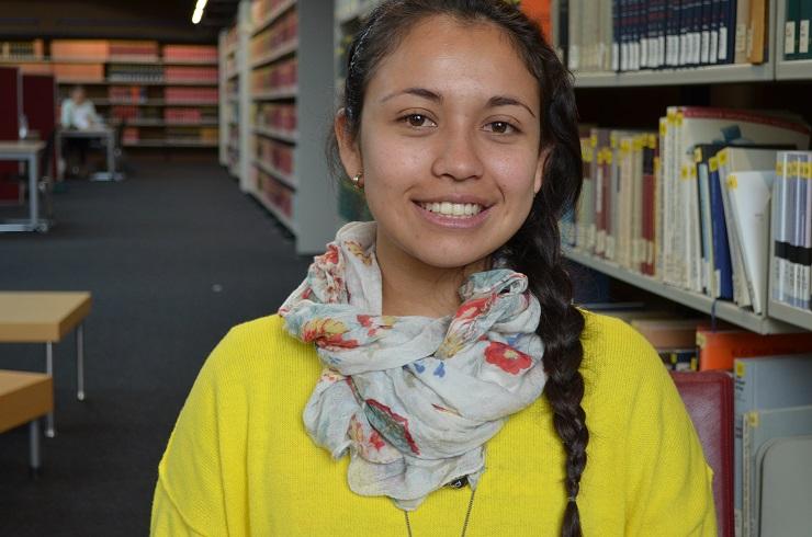 Lorena Barrera in der Bibliothek der Uni Regensburg – nach dem Au-Pair-Jahr studiert sie BWL und lebt ein völlig anderes Leben als in ihrer Heimat Kolumbien. (Foto: Amanda Müller)