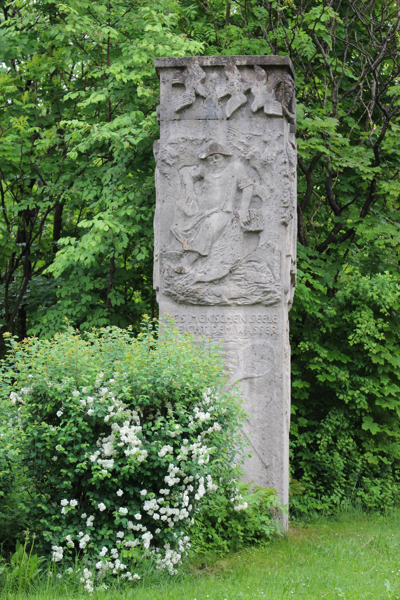 Um Erinnerungen zu bewahren und um der Toten zu gedenken, mahnt ein Denkmal mit religiösen Motiven direkt an der Zufahrtsstraße zum Ort. (Foto: Jeanette Wölfling)