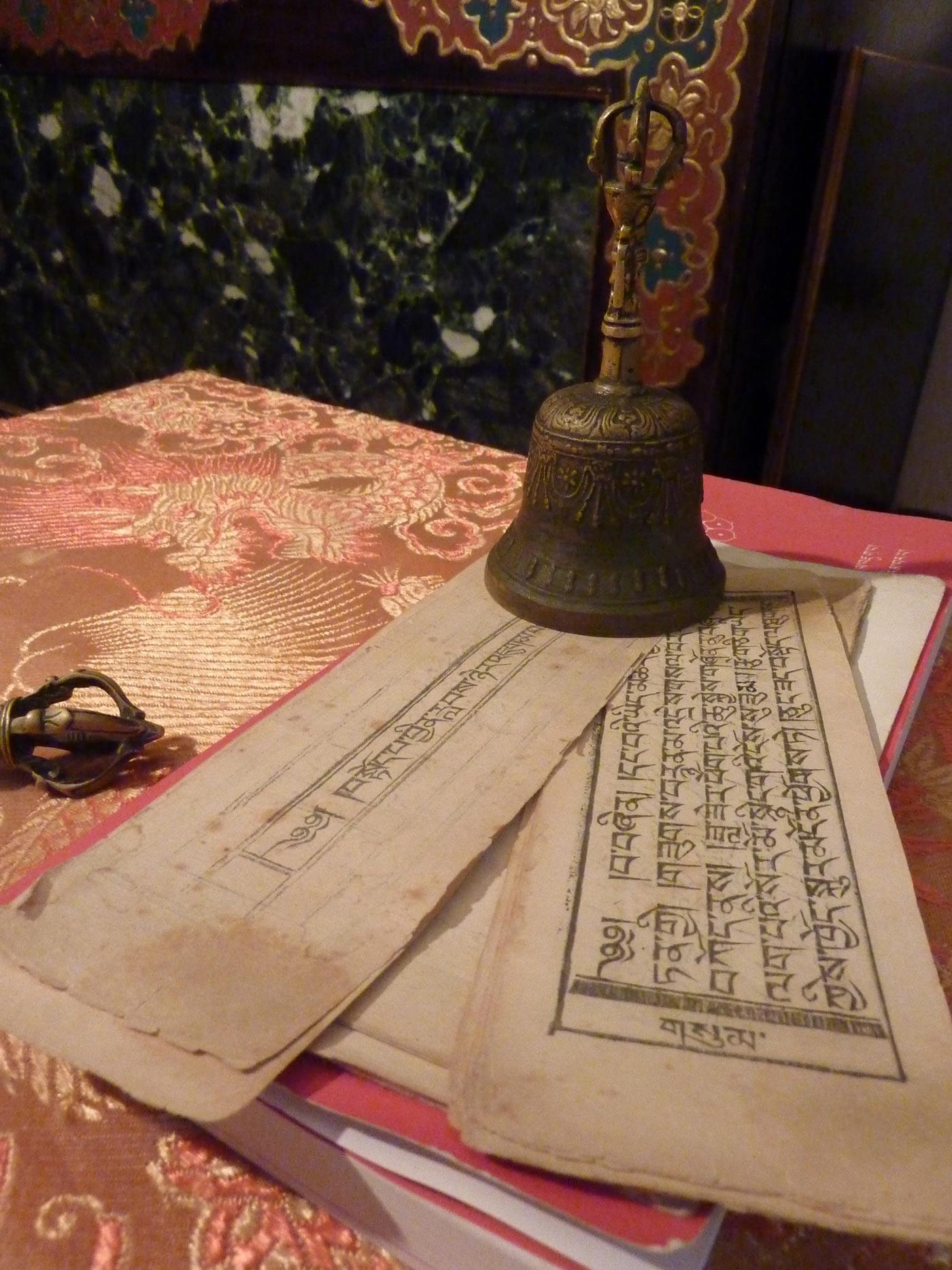 Sarira, so nennt man die in Sanskrit verfassten Gebetstexte und Reliquien. Viele wurden von den Familien über Jahre hinweg gesammelt, mit nach Deutschland gebracht und an die Glaubensgemeinschaft gespendet. (Foto: Sandra Schnabel)