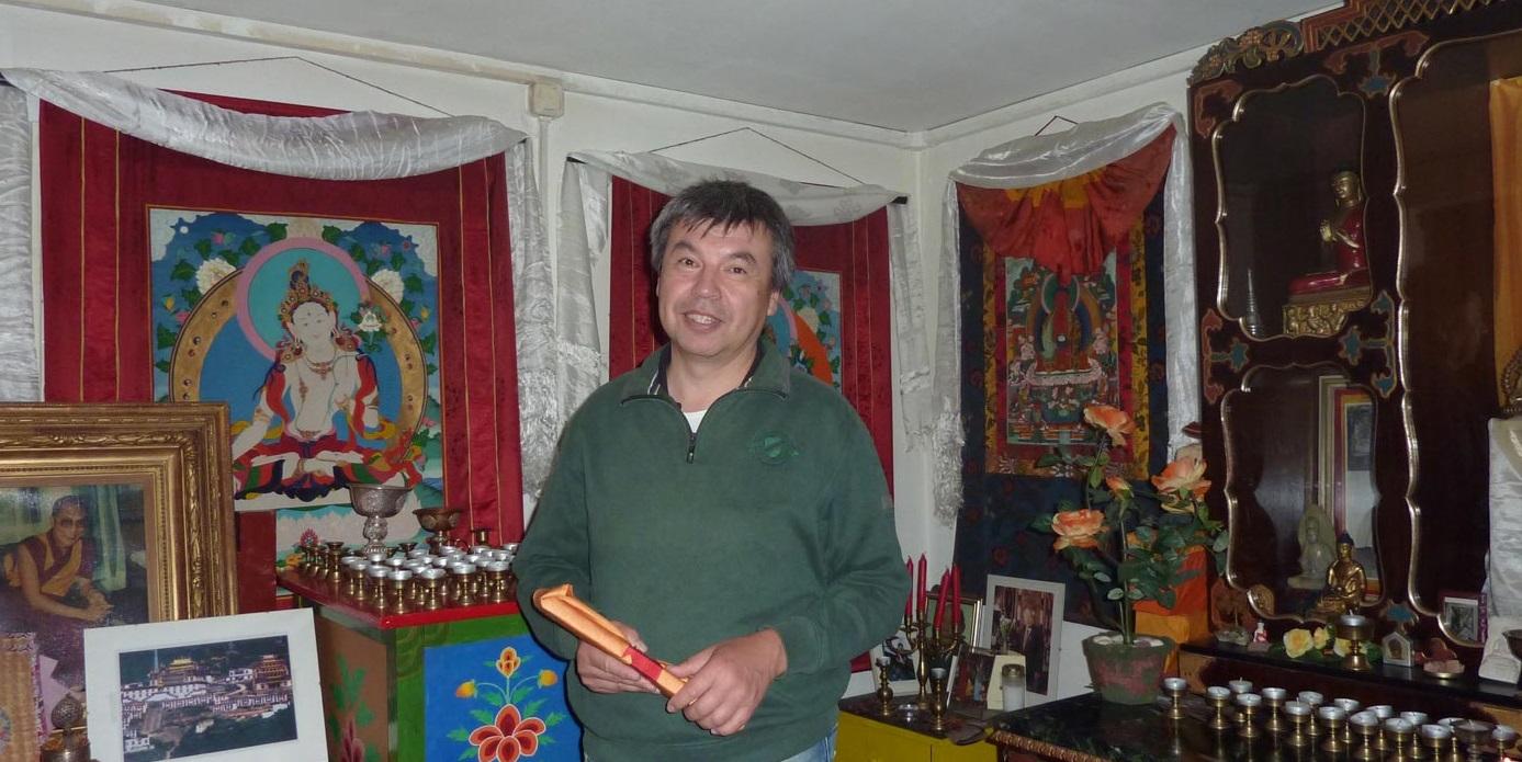 """Nimgir Bembejev kümmert sich um den Erhalt des kleinen """"Tempels"""" in Ludwigsfeld und pflegt die Kultstätte der Buddhisten. (Foto: Sandra Schnabel)"""
